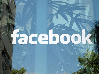 Facebook fixes status update glitch