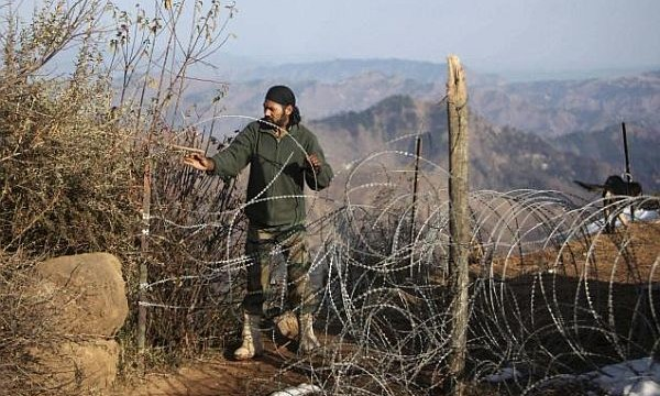 Pakistan troops violate ceasefire