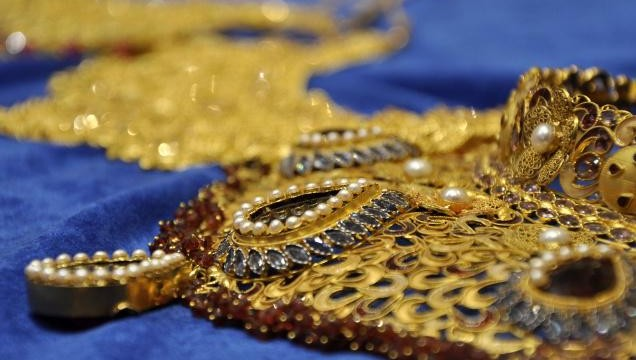 Gold declines further on reduced offtake, global cues