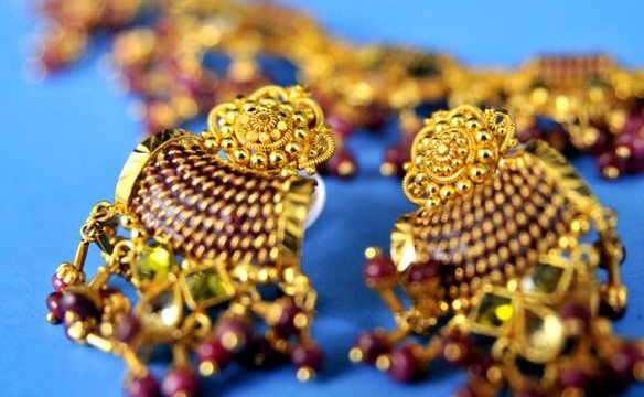 Gold prices falling by Rs. 350 to Rs. 30,900 per ten grams