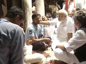 Modi consoles Raj Narain Singh's family, BJP hands over cheque of Rs. 5 lakh