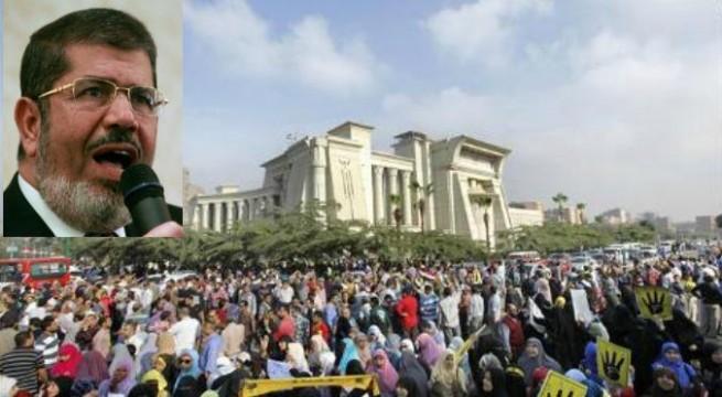 Egyptian President Mohammed Morsi arrives in courtroom for trial.