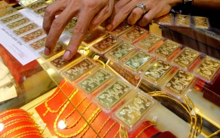 Gold extends gains on sustained buying, firm global cues