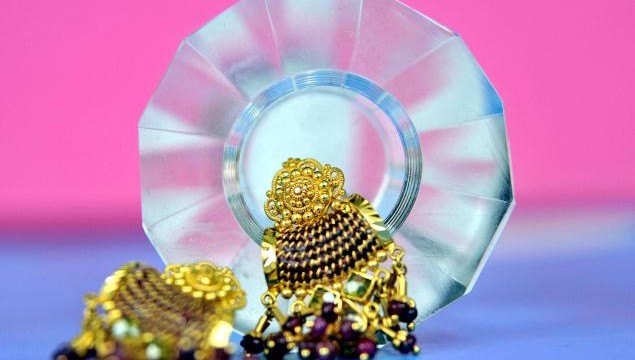 Gold fell further by Rs. 280 to Rs. 30,400 per ten grams