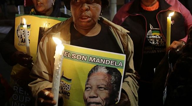 Hundreds of South Africans gather outside Mandela's home