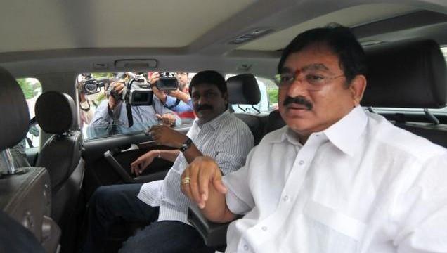 Seemandhra lawmakers tear, burn copies of Telangana bill