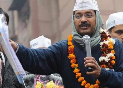 Thousands pack Ramlila Maidan as Kejriwal takes Metro