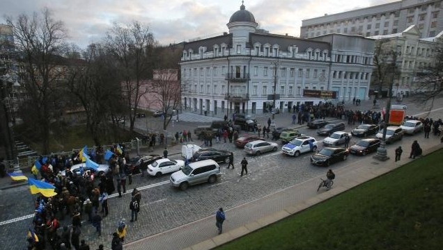 on Monday blocked government buildings in Kiev after the biggest demonstrations in the Ukrainian capital since 2004-05 Orange Revolution.