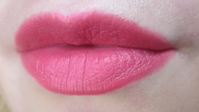Add 3D look to your red lipstick