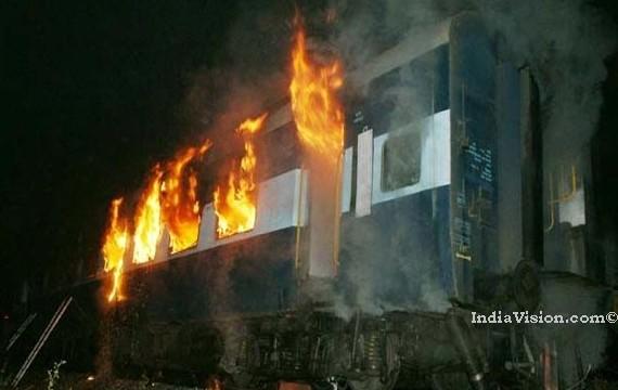 Nine killed as Bandra-Dehradun Express catches fire in Thane, Maharashtra