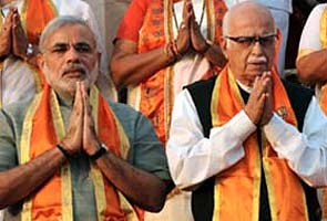 narendra_modi_advani_folded_hands_295
