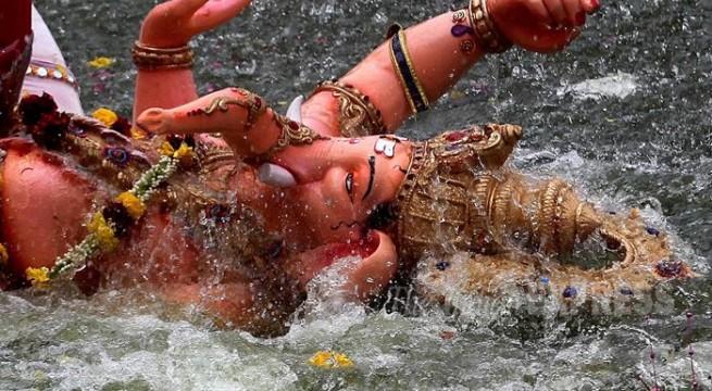 BR27-VSJAN14: Ganesh immersions begin on Anant Chaturdashi in Vadodaras Sursagar Lake on Sunday Express Photo By Bhupendra Rana 27-09-2015