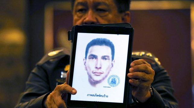 Thai police spokesman Prawut Thawornsiri shows a sketch of a suspect believed to be involved in the recent Bangkok blast at the Royal Thai Police headquarters in Bangkok, Thailand, September 1, 2015.  REUTERS/Jorge Silva